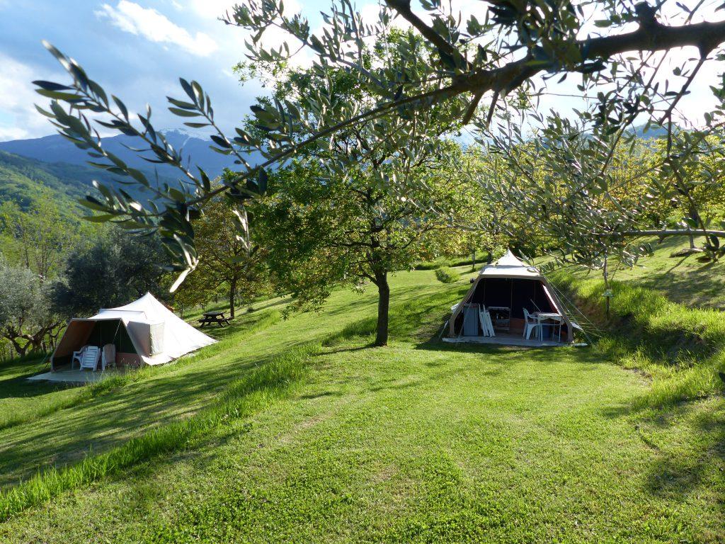 Ingerichte tent, rent a tent, kamperen bij de boer