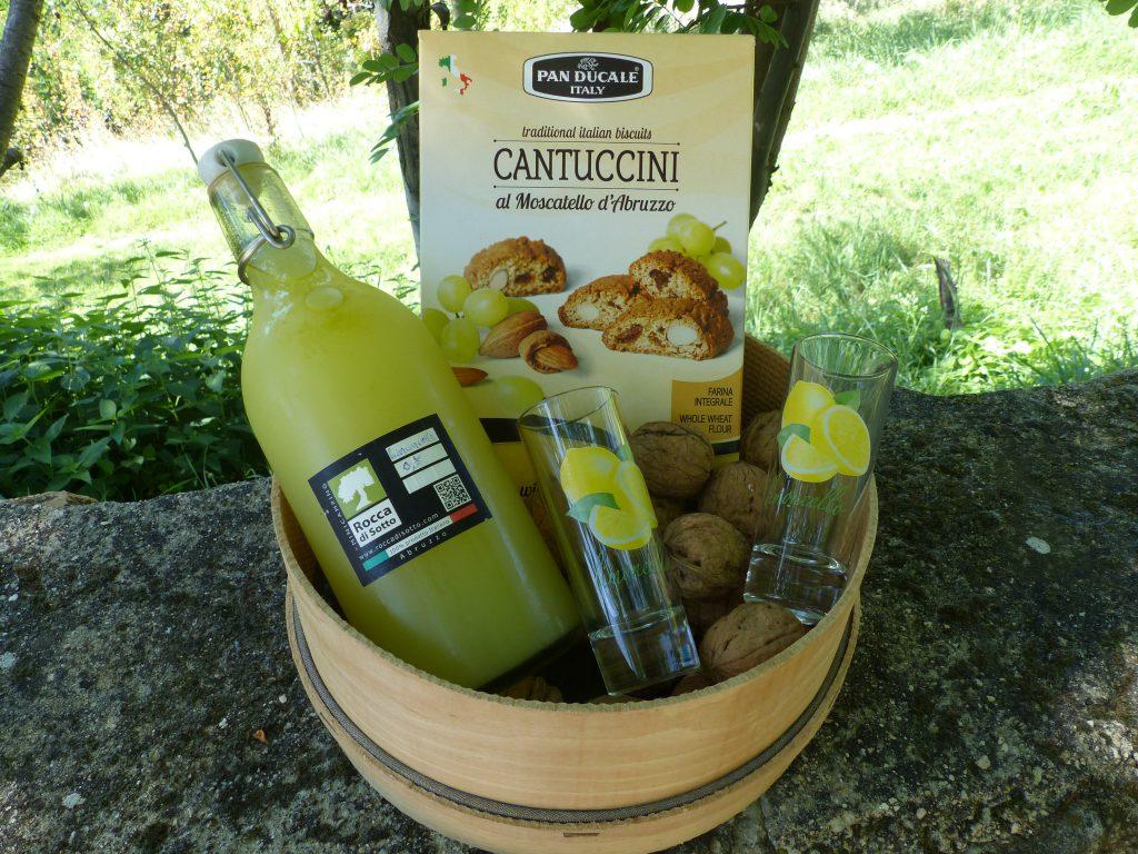 Homemade limoncello van onbespoten citroenen met cantucci, walnoten en glaasjes.
