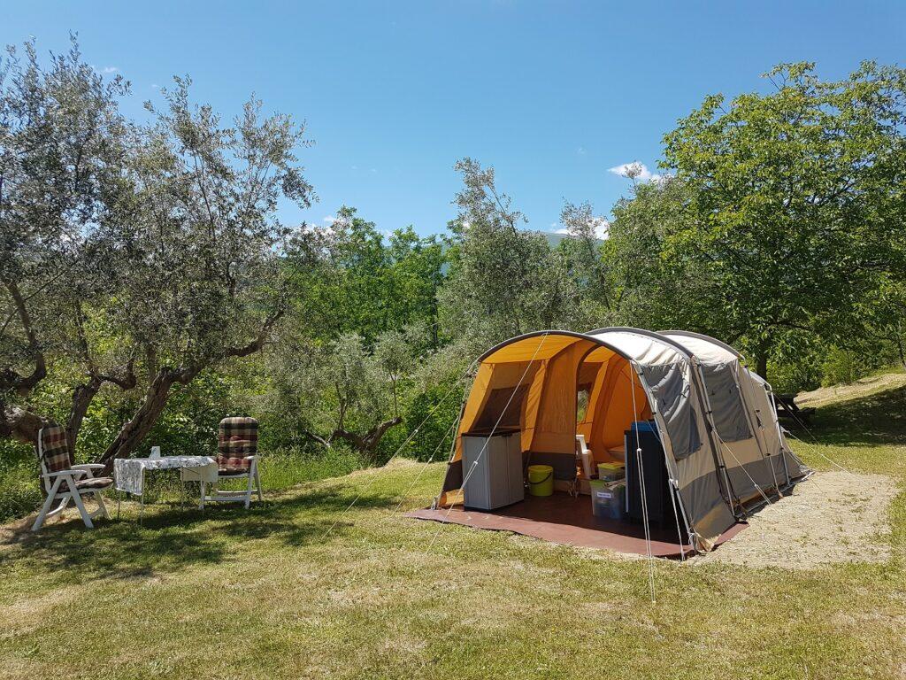 Abruzzo, Gran Sasso, Rocca di Sotto, rent a tent, ingerichte tent, kamperen bij de boer,